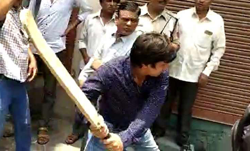 Son of BJP leader arrested for beating official with bat (Video)
