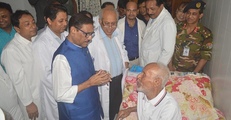 Quader visits ailing actor ATM Shamsuzzaman at BSMMU