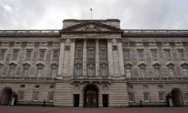 22-year-old scales Buckingham Palace gates, arrested