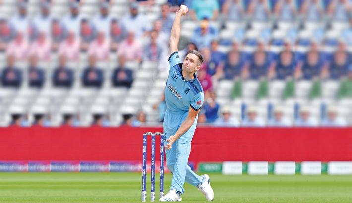 England storm into final
