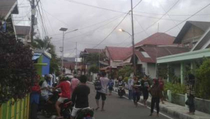 At least 1 dead after strong quake in eastern Indonesia