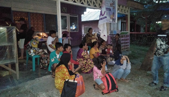 One dies, hundreds evacuate after 7.3 quake in Indonesia