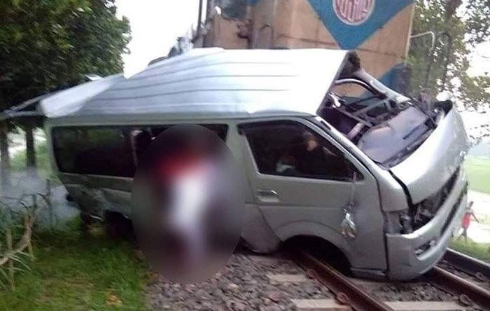 11 killed as train hits bridal microbus in Sirajganj