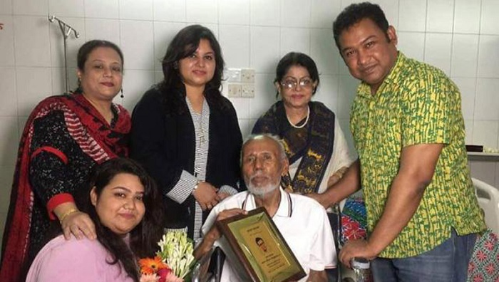ATM Shamsuzzaman receives Bulbul Ahmed Memorial Award in hospital