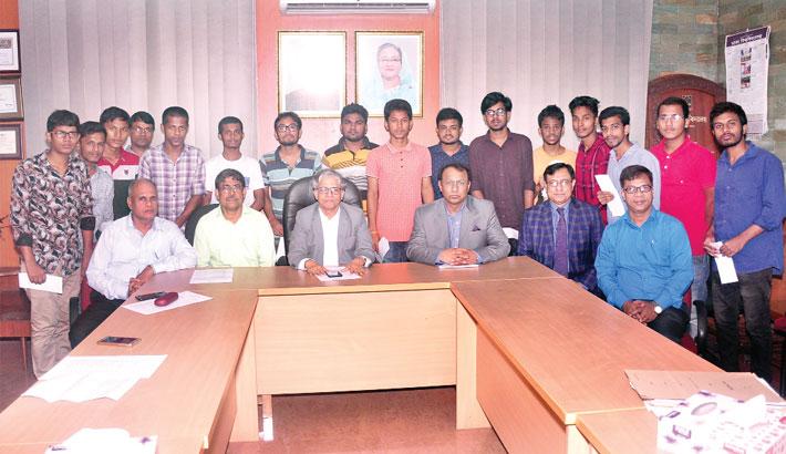 15 DU students get scholarship