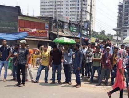 Students of seven DU affiliated colleges block Nilkhet intersection