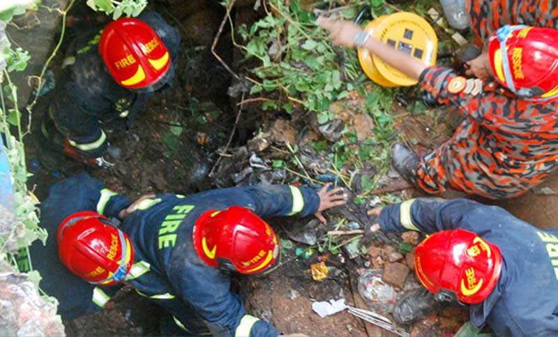 Man's body pulled out from debris of collapsed building in Old Dhaka