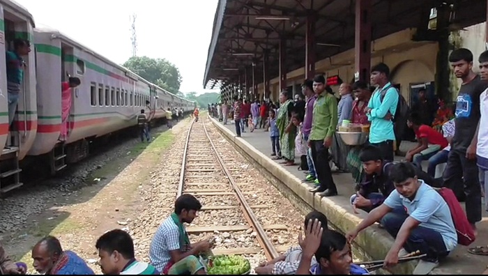 Flood snaps Gaibandha's rail link with northern parts