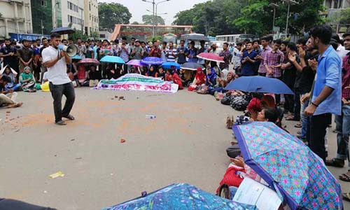 Affiliated Colleges: DU students block Shahbagh again