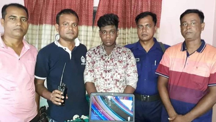 2 held for stealing journalist's laptop in Naogaon