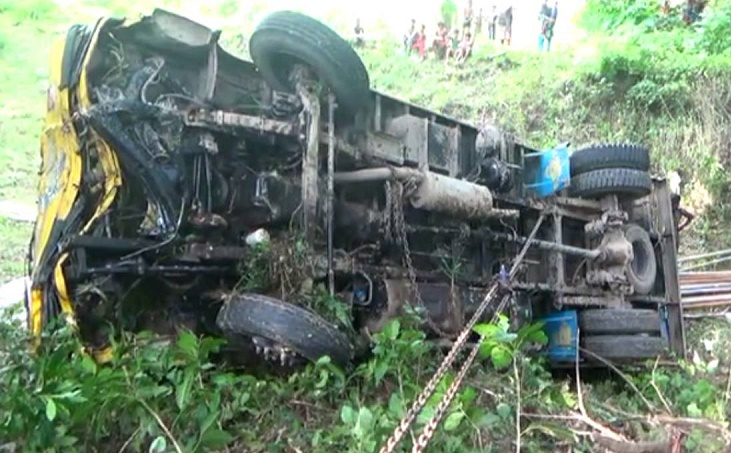 2 killed as truck plunges into ditch in Faridpur