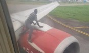 Man climbs on plane's wing moments before takeoff  (Video)