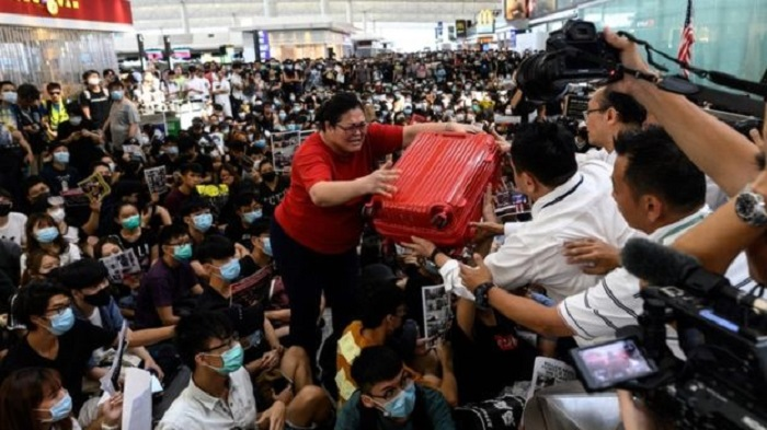 Hong Kong protests cripple airport for second day