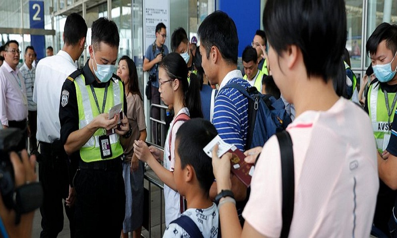 Hong Kong police arrest 5 in airport violence