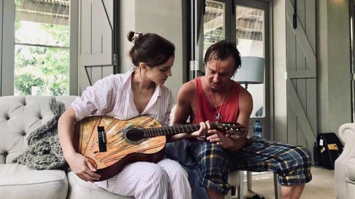 Emma takes guitar lessons from Tom Felton