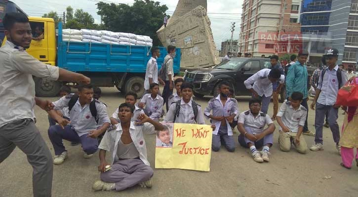 Students block road at ECB intersection to protest death of fellow