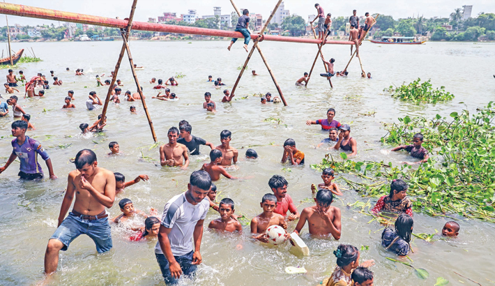 Youths and children are taking baths in Buriganga