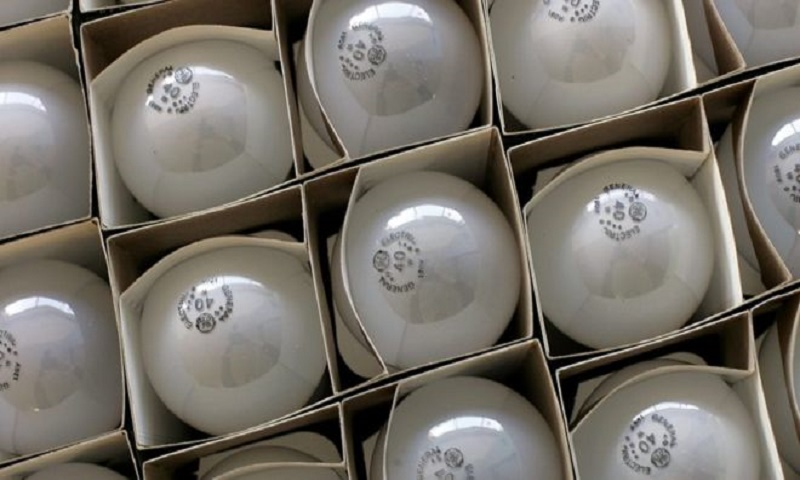 US lifts ban on old-style light bulbs