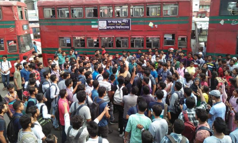 JnU students block road protesting 'attack by RAB members'
