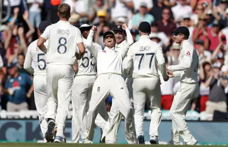 Smith dismissed, Wade cracks fifty, England sniff victory