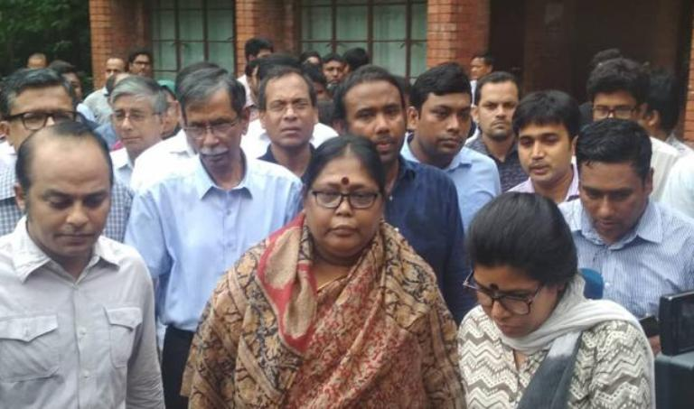 Jahangirnagar University protesters sit with VC