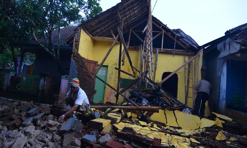 Strong earthquake strikes Indonesia