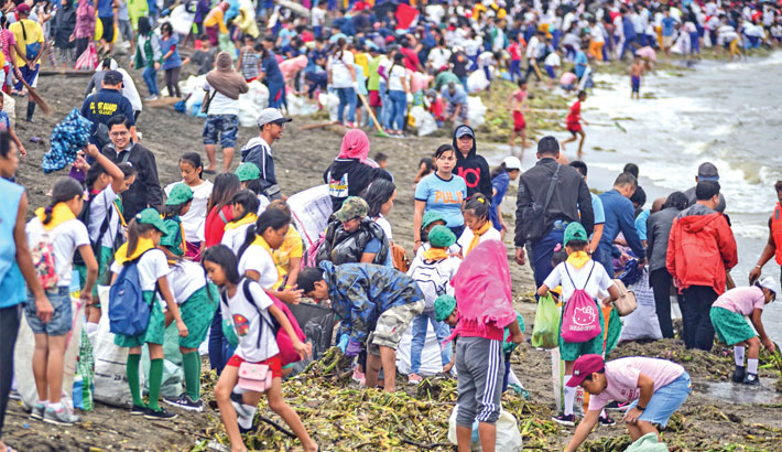 Activists clear rubbish on mass cleanup day