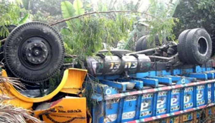 Road mishap kills 3, hurts 4 in Gazipur