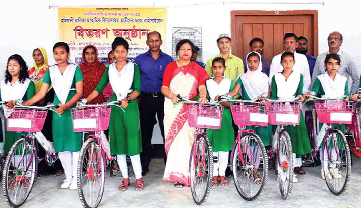 Distributes bi-cycles among the students