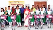 Distributes bi-cycles among the students