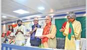 Ramendu Majumdar receives Gandhi Peace Prize