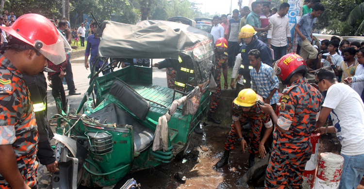 2 killed as Barisal University bus collides with human hauler