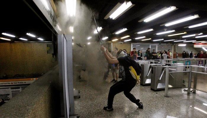 Chile protests: Unrest in Santiago over metro fare increase
