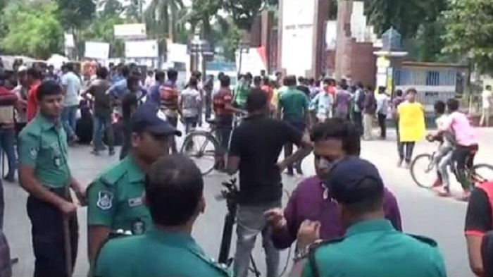 RU students block Dhaka-Rajshahi highway protesting attack on their mate