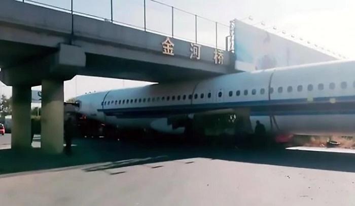 Airplane gets stuck under footbridge (Video)