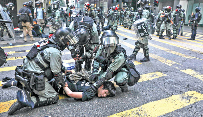 HK suspends all schools amid tense protests