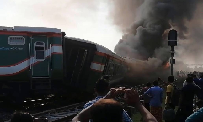 Train derails in Sirajganj, 5 bogies catch fire (Videos)