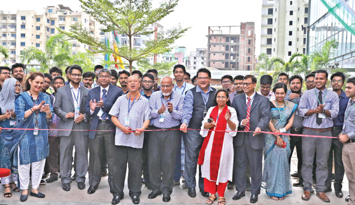 Inaugurates an exhibition
