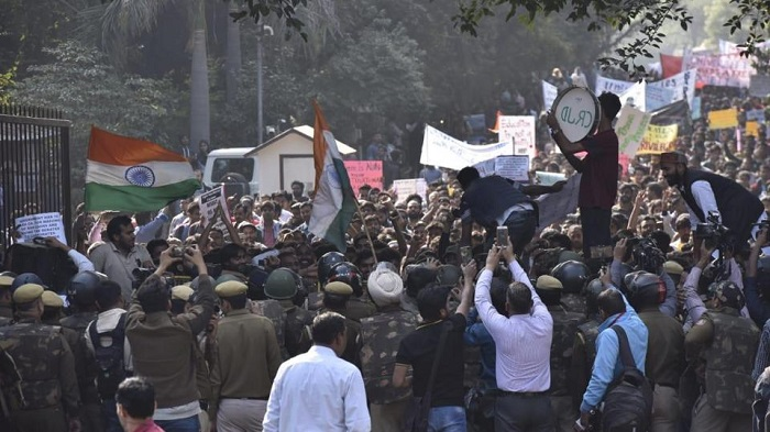 Protesting students stopped by cops during march to parliament