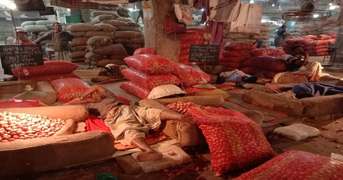 Wholesalers upset as onion price falling fast