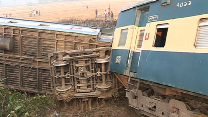 Train derails at Bhairab, Dhaka's rail link with eastern districts snapped