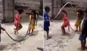 Kids play jump rope with a snake (Video)