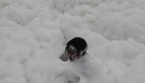Children play as 'toxic' foam blankets Indian beach