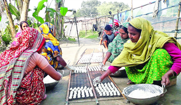 Poor women are busy making kumrabori