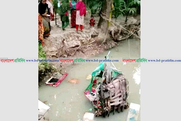3 dead as bus crushes auto-rickshaw in Pirojpur