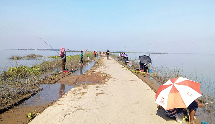 People are catching fish with fishhooks at Halti Beel