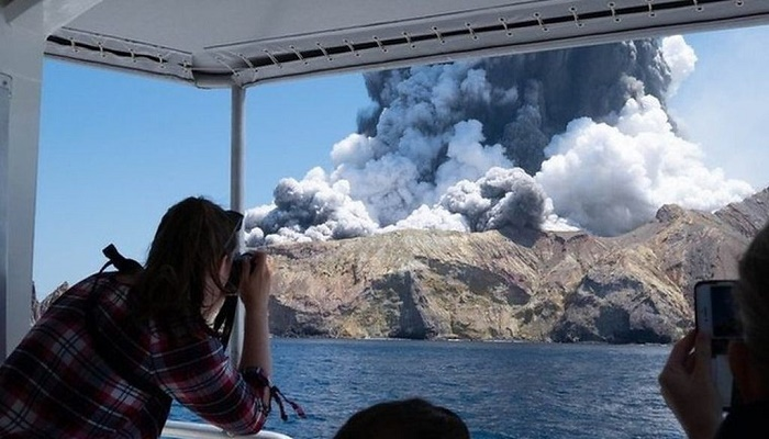 New Zealand volcano: Five dead and eight missing with 'no signs of life'