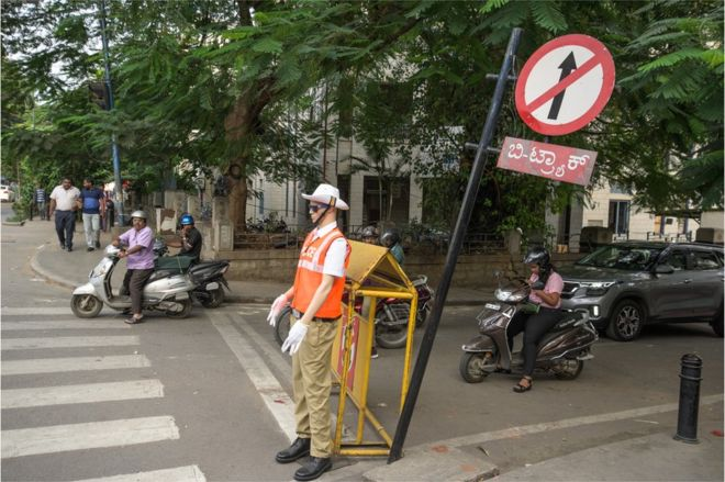 Bangalore: Dummies in police uniforms 'control' city traffic