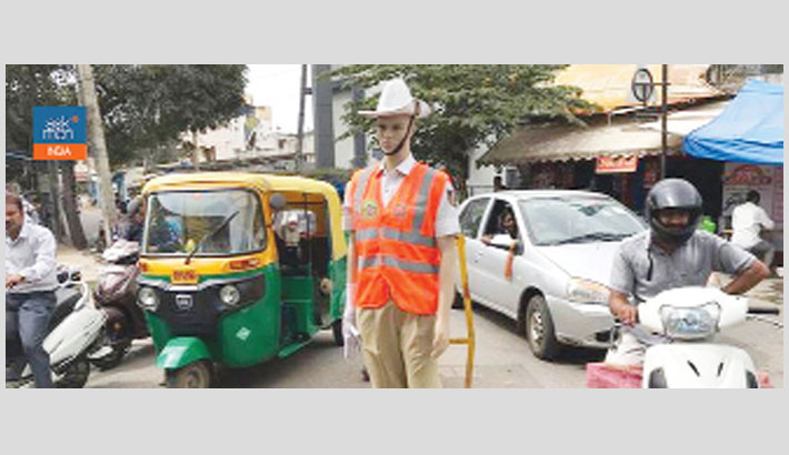 Dummies in police uniforms 'control' city traffic