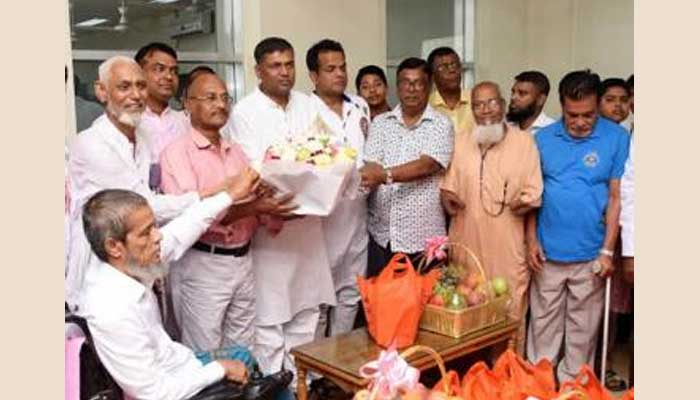 Prime Minister greets FFs with gifts on Victory Day